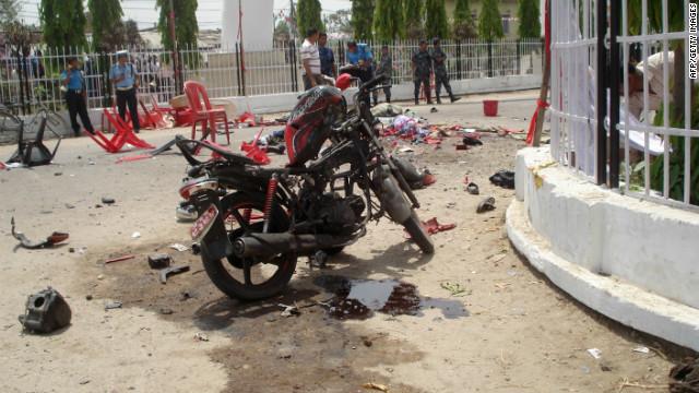 La escena donde una explosión una bomba colocada en una motocicleta explotó matando a los manifestantes en la sureña ciudad de Janakpur el 30 de abril de 2012.