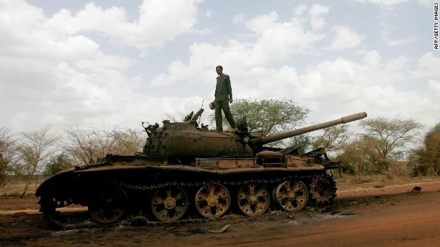 Un soldado de Sudán se encuentra encima de un tanque destruido por Liberación Popular de Sudán del Ejército de Sudán del Sur, en Heglig el 23 de abril de 2012.