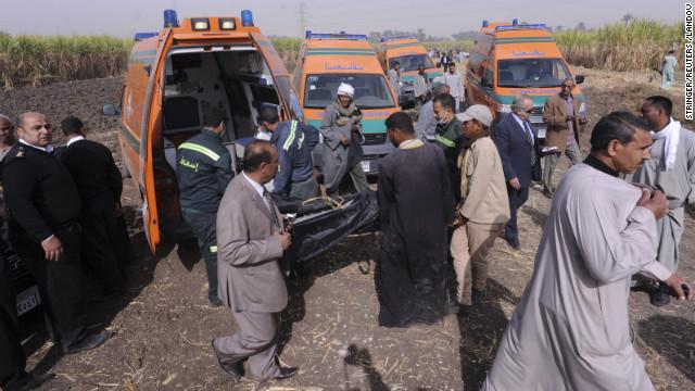 Un cuerpo se cargó en una ambulancia.