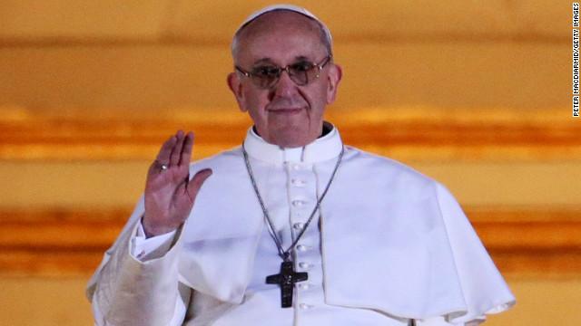 Francisco I Papa saluda a la multitud.  Fue el arzobispo de Buenos Aires, hasta su dimisión el año pasado a causa de su edad.  Él tiene 76 años.