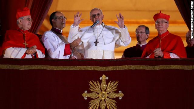 El recién elegido Papa Francisco I le habla a la multitud desde el balcón central de la Basílica de San Pedro en el Vaticano el miércoles, 13 de marzo.  Argentina Cardenal Jorge Mario Bergoglio fue elegido como el primer pontífice de América Latina y conducirá los 1,2 millones de católicos.