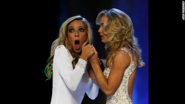 Kazantsev, izquierda, jadea después de que ella es nombrada Miss América.