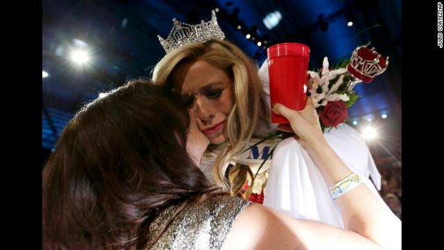 Kazantsev recibe un beso de su madre, Julia Kazantsev, después fue coronada.