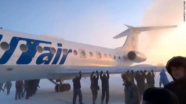 passageiros empurram avião