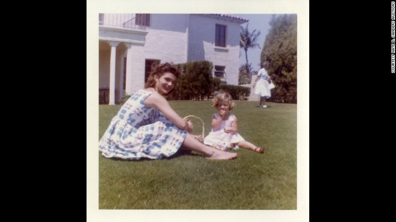 Jackie Kennedy having a picnic with Caroline Kennedy in May 1960.