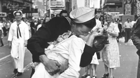Nurse Kissed By Sailor In V J Day Photo Dies At 92