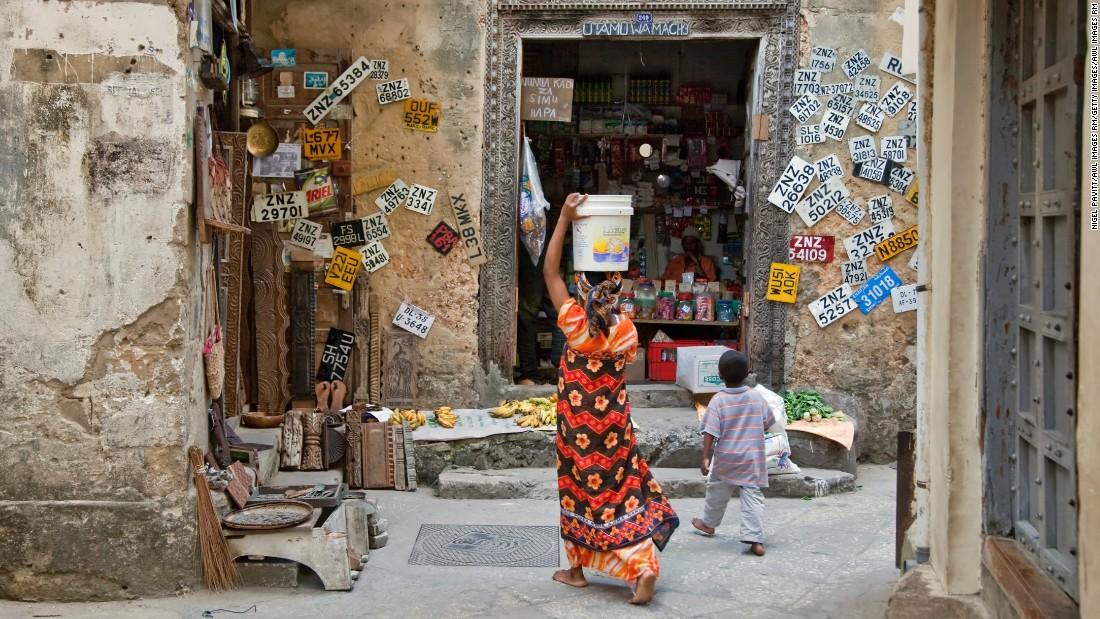 Die rustikale labyrinthischen Gassen von Zanzibar & # 39; s Stone Town Halt in ihnen Jahrhunderte dieser multikulturellen Insel & # 39; s Geschichte.  Gehen die Straßen, um persische Badehäuser, Cafés und frenetischen Basare finden.