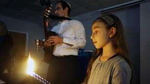 El rabino Menashe Medio, se muestra con su hija Ayala, contrató Kagedan en el Monte Libertad Jewish Center.