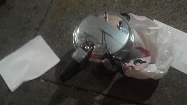 La apariencia de esta olla de presión hizo pensar a las autoridades que podría traarse de otro artefacto explosivo. Era basura.