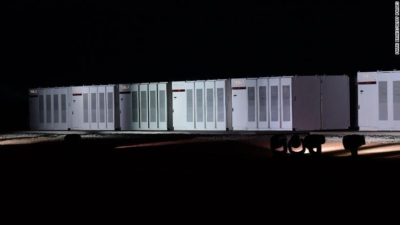 O sistema de bateria Powerpack da Tesla no sul da Austrália armazena energia gerada por um parque eólico próximo.