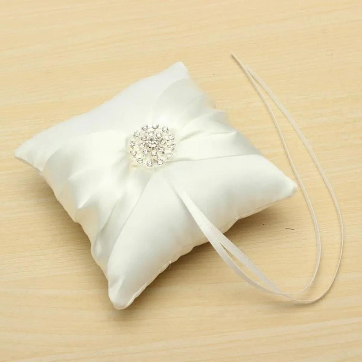 oreiller anneau coussin alliance strass satin ruban noeud papillon mariage decor blanc