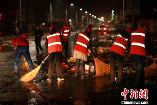 廣西北海志愿者凌晨上街當環衛工- 中國日報網