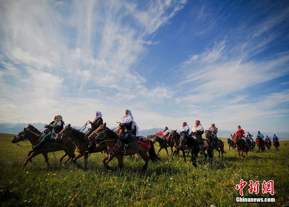 新疆哈薩克牧民聚集喀拉峻大草原展示民族風情-中新網