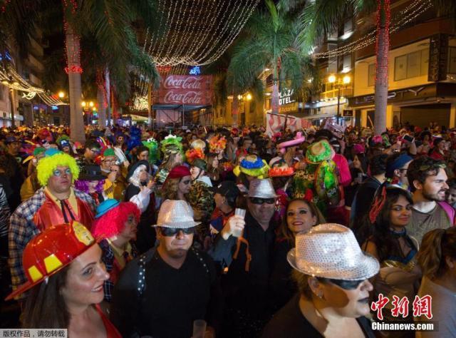 西班牙特内里费岛举行狂欢节 民众盛装游行