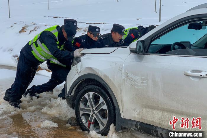 Das Datenbild zeigt die Verkehrspolizei von Amdo, die dem Fahrzeug hilft, aus Schwierigkeiten herauszukommen.Foto mit freundlicher Genehmigung des Anduo County Public Security Bureau