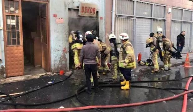 Bayrampaşa'da plastik eserlerin olduğu depoda yangın: Bir itfaiye neferi hayatını kaybetti 1