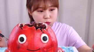 【八爪鱼】吃比自己个头还大的八爪鱼,其实是蛋糕做的哈哈;韩国小姐在线吃播,韩国大胃王在线吃播,大声咀嚼_中文字幕