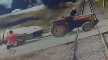 Yük treninin traktöre çarpma anı! Feci şekilde can verdi…