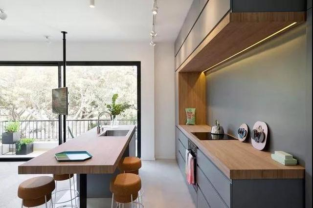 mobile island kitchen lights 厨房怎么装修 装个中岛式厨房 让男人乖乖去做饭 每日头条 移动 岛台 如果家中的厨房无法改造或是墙体为承重墙无法拆墙时 如上图的这一类推车就可以充当移动 也是一个很不错的选择