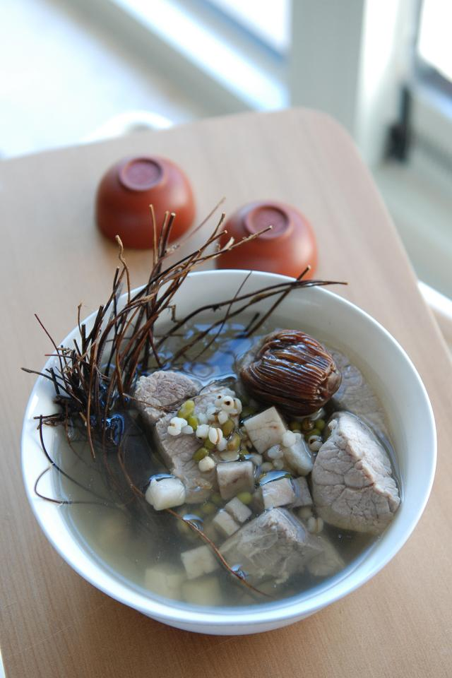 清熱祛濕的雞骨草茯苓瘦肉湯。為宵夜解膩清腸 - 每日頭條