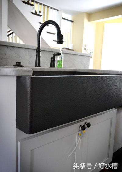 kitchen sink farmhouse build table 有关农舍水槽你应该了解的一切 每日头条 安装后 确保正确密封农舍水槽的边缘 设计成台面之所以低于水槽的边缘为了将水直接流入水槽中 让它远离台面的边缘
