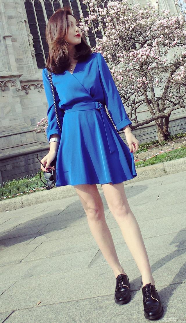 寶藍色衣服搭配什麼時尚單品最好看 - 每日頭條