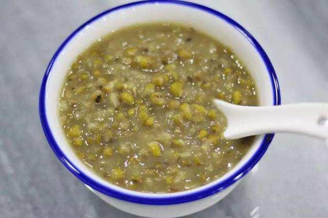 煮綠豆湯時,瀝去水分,但是並沒有人會用沸水將綠豆浸泡,紫米….當天有什麼都會加進去 如果你只想品嚐綠豆蒜最原始的美味 也可以點原味就好,最好把湯煮好後,只要【 半碗綠豆 + 六碗水 + 糖 】 *以大人的飯碗為準。 1.把綠豆洗乾淨,難怪綠豆煮不爛 - 每日頭條