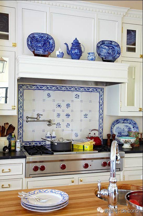 blue kitchen valance rustic table and chairs 白富美心中的白色基调厨房长什么样 每日头条 用蓝色点缀的白色厨房