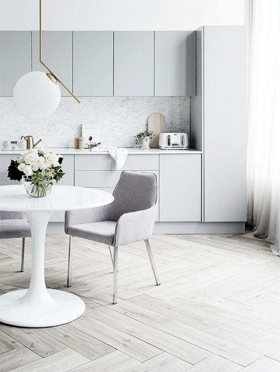 grey kitchen backsplash swag curtains for 一篇文章 让你找到喜欢的那种灰色厨房 每日头条 带有白色的现代鸽灰色厨房 白色厨房岛和大理石后挡板看起来很豪华