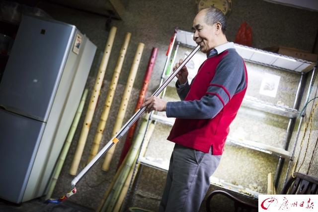 年近七旬老人手工做笛50年。自製一米多長巨笛、竹薩克斯、水槍洞簫 - 每日頭條