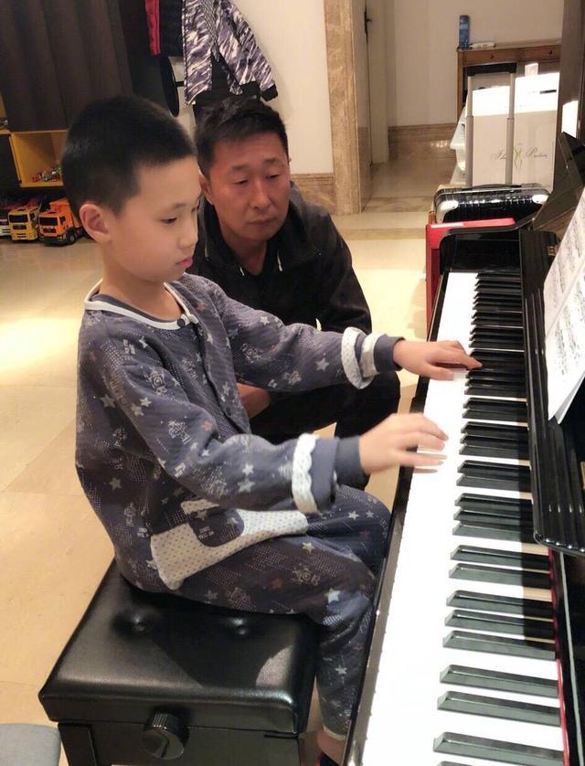 李雲迪化身鋼琴老師。大竣西裝革履彈琴超有范。 - 每日頭條