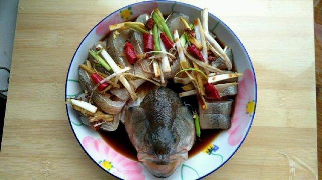 清蒸「鱸魚」時,很多人漏了「這一點」,難怪魚肉不鮮也不嫩 - 每日頭條