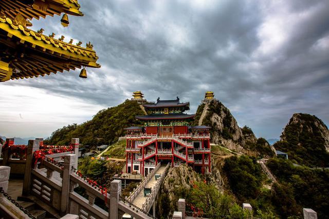 絕壁道觀似仙宮。建在2192米的絕壁上。你敢去嗎? - 每日頭條
