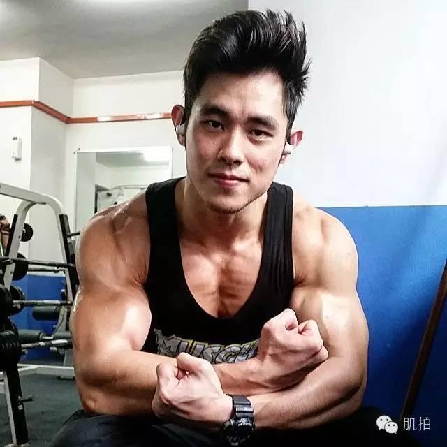 肌肉帥哥教健身走紅網絡。長相酷似周杰倫。身材超棒! - 每日頭條