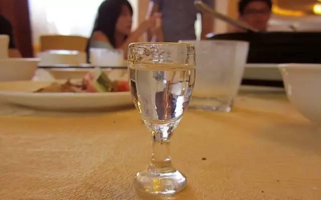 現在終於知道如何去區別酒精酒、勾兌酒和假酒啦! - 每日頭條