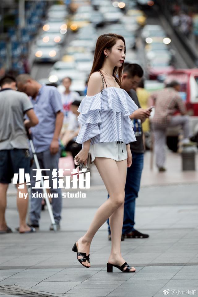 路人街拍。重慶美女完美展示了下班的正確打開方式 - 每日頭條