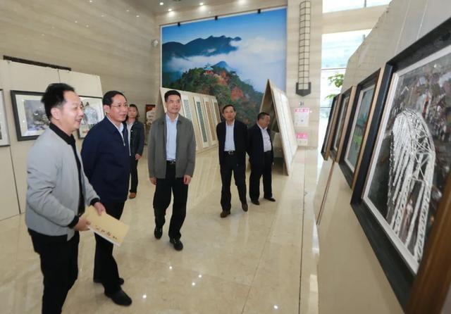 是怎樣的書法美術作品展覽。讓書記市長一同參觀? - 每日頭條