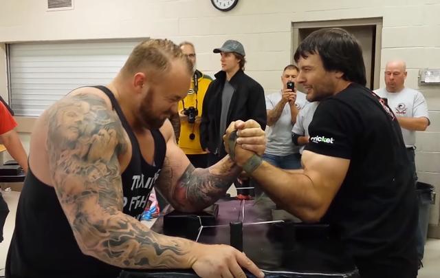 拉卡車的大力士和腕力冠軍扳手腕。誰會贏? - 每日頭條