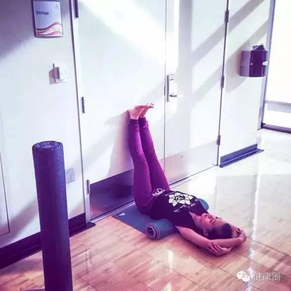 「靠牆倒臥式」結合倒立姿勢的好處,大腿越來越細, - 每日頭條