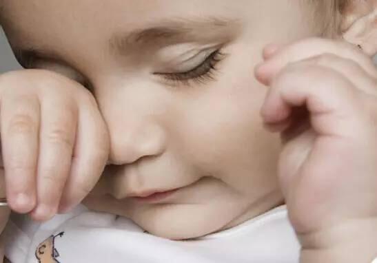 寶寶眼屎多總糊著。到底該怎麼辦? - 每日頭條