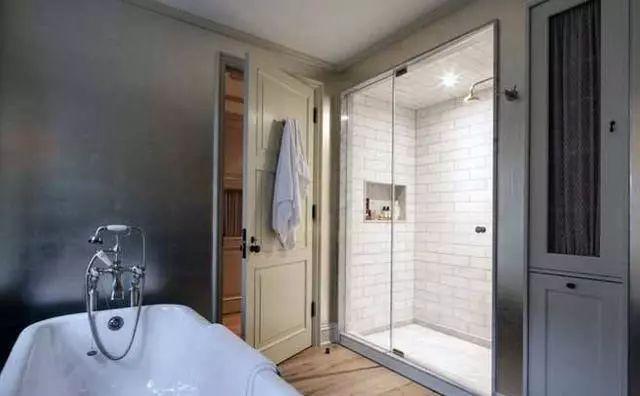 衛生間裝哪種門最合適?都說了別裝這種!網友:這是酒店風 - 每日頭條