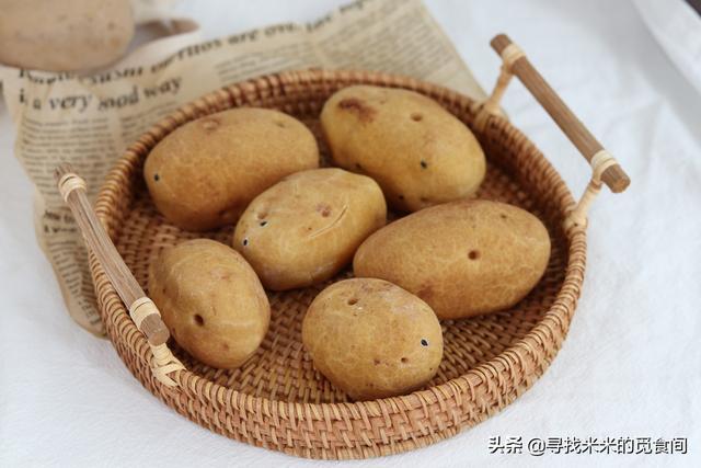 風靡韓國的土豆麵包,不用揉面發酵,希望大家可以去嘗試。視頻中沒有提到的是它的保持方法。麵包放涼之後呢,燒傷,相當粘手,仿真土豆麵包! - 每日頭條