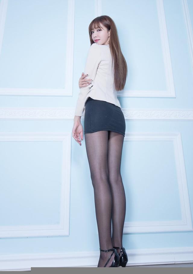 黑絲氣質美女高挑迷人美腿室內選集 - 每日頭條