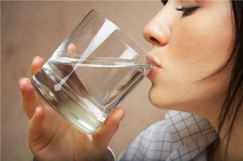 痛風吃什麼食物最好 喝水也能治療痛風 - 每日頭條