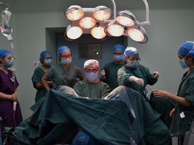 婦產科的男醫生這樣給孕婦接生,看後真的很感激。 - 每日頭條