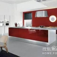 Kitchen Aid Cabinets Floor Cleaner 厨房装修 主妇要切记几项厨房风水艳如骄阳红色风格更实在 每日头条 节日聚餐 餐桌上自然是中国红布置的重点 低柜台面和木质置物架上做辅助性烘托 点缀