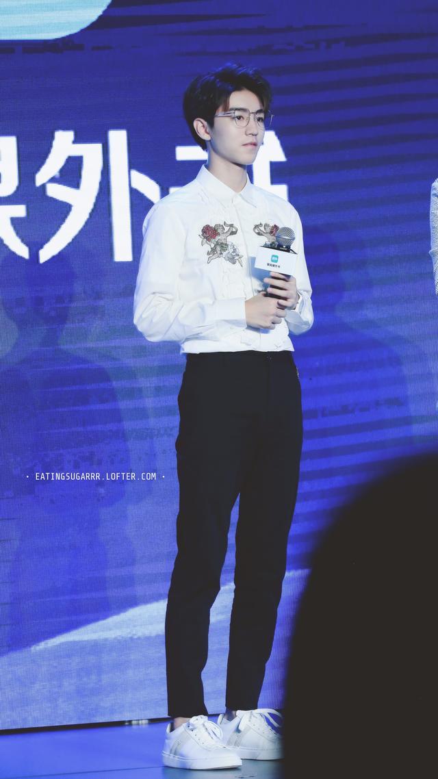 王俊凱出席品牌活動,戴眼鏡的小凱溫文儒雅的樣子,讓人心動 - 每日頭條
