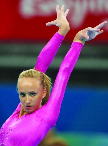 19歲的她成為新一代的體操女皇。卻不曾有自己的童年。一生只為父親而活 - 每日頭條