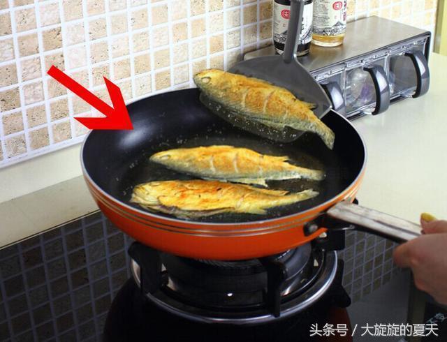 這樣的炒鍋別再用了。家裡有的快扔掉。用久了嚴重危害自身 - 每日頭條