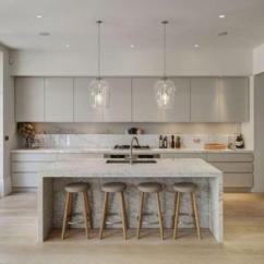 Grey Kitchen Island Discontinued Cabinets 一篇文章 让你找到喜欢的那种灰色厨房 每日头条 现代化的灰色厨房 悬在中岛上的别致吊灯和木凳给人留下了印象